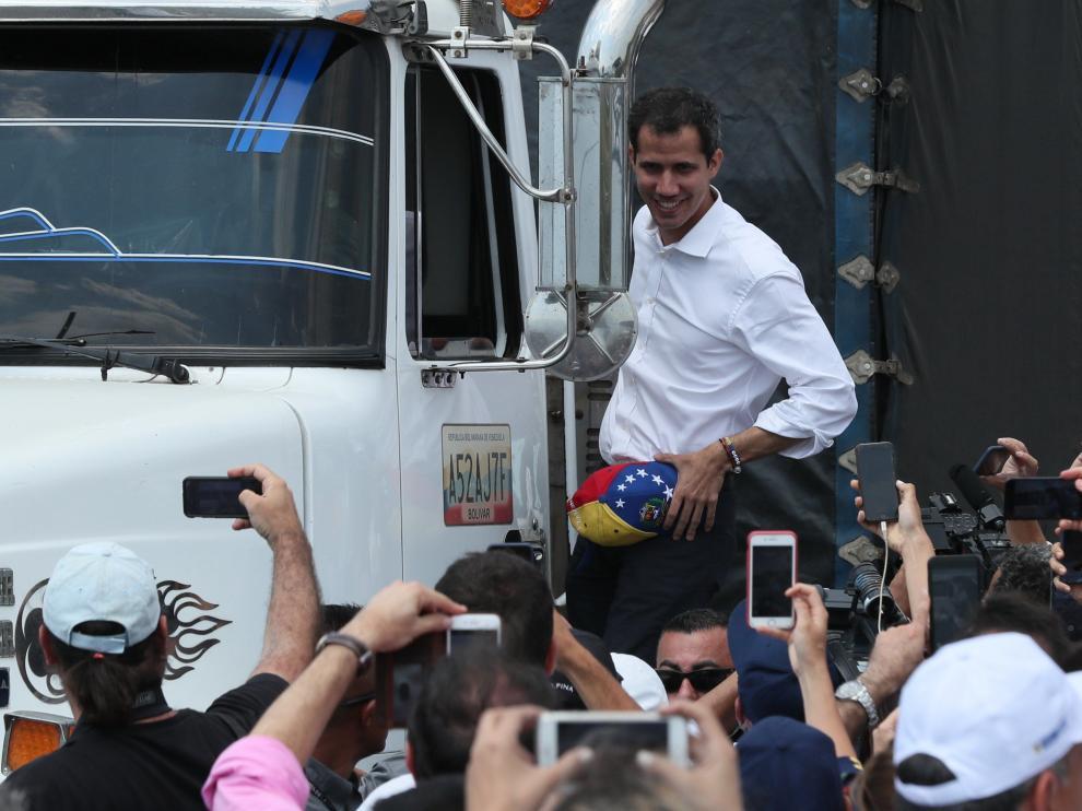 El presidente del Parlamento de Venezuela, Juan Guaidó, que se proclamó mandatario encargado de su país, saluda este sábado desde un camión, en Cúcuta (Colombia).