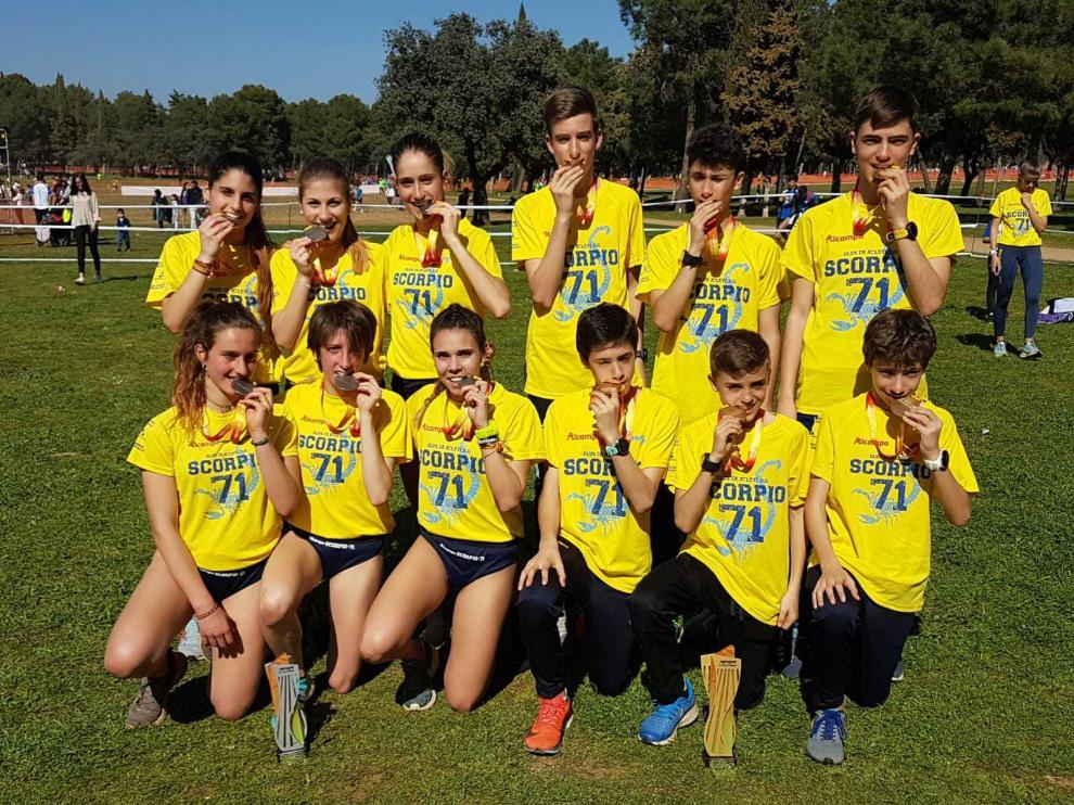 Las escuadras sub-16 masculina y sub-23 femenina del Alcampo Scorpio.