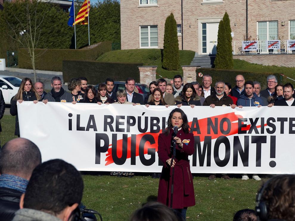 """Arrimadas, frente a la casa de Puigdemont: """"Es una falacia que ésta sea la sede de la República independiente"""""""