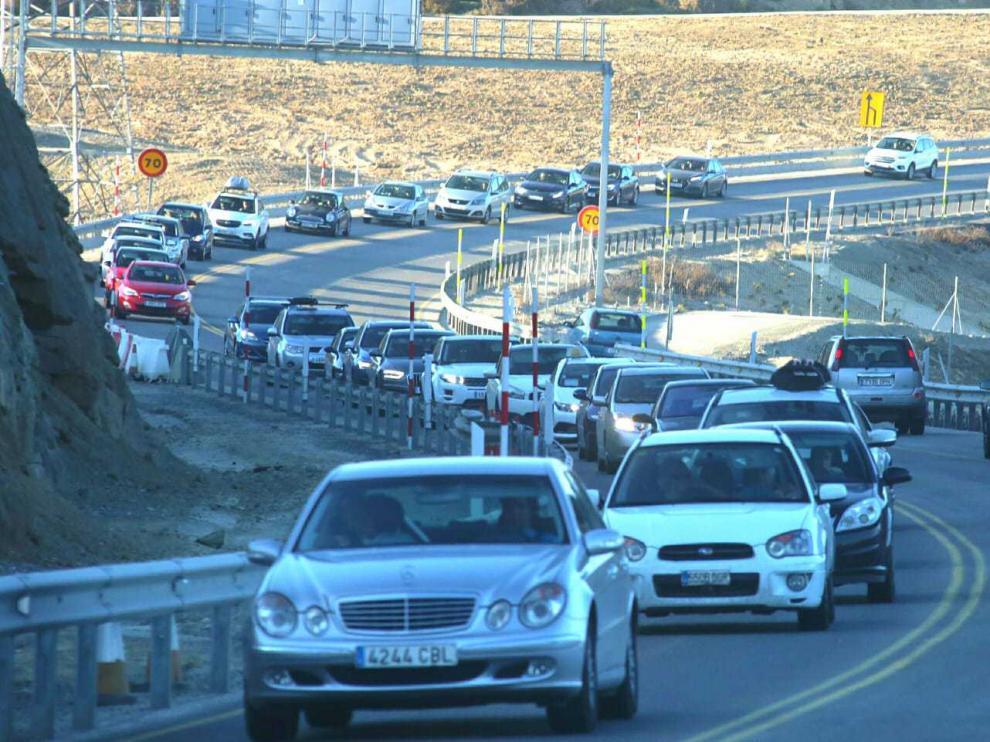 Congestión de tráfico este domingo por la tarde en el puerto de Monrepós