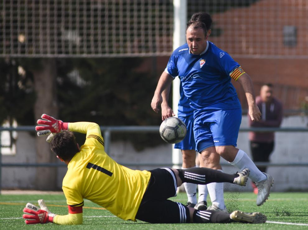 Ariño trata de superar al portero del Cella.