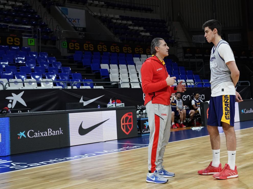 Carlos Alocén junto a Scariolo en el entrenamiento de este domingo.