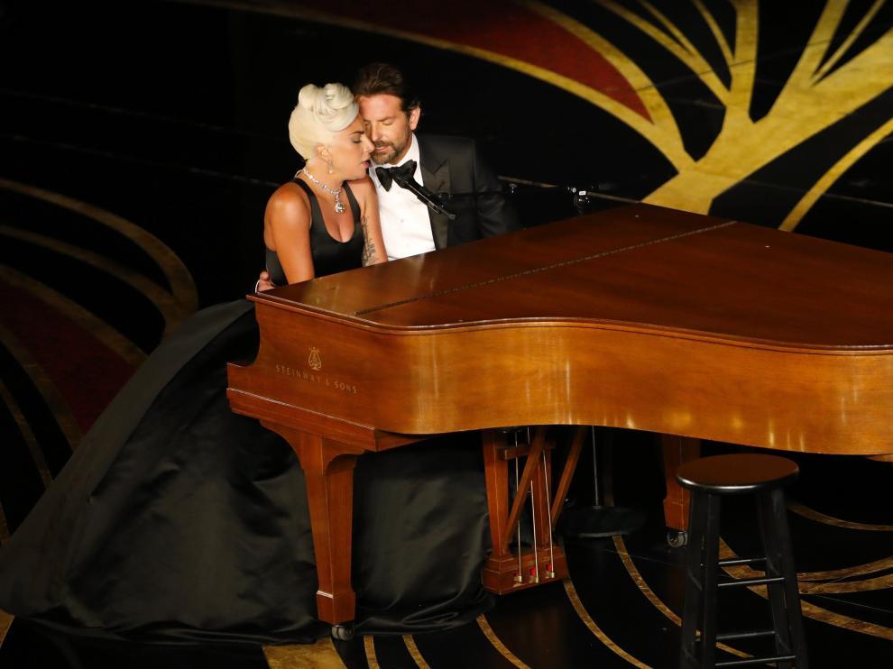 Lady Gaga y Bradley Cooper durante su interpretación.