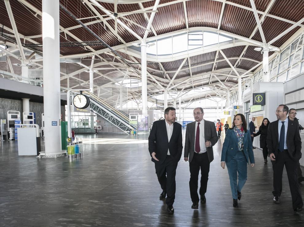 De izquierda a derecha, el consejero de Vertebración, José Luis Soro; el presidente de Aragón, Javier Lambán; la delegada del Gobierno, Carmen Sánchez; y el director general de Movilidad, José Gascón.