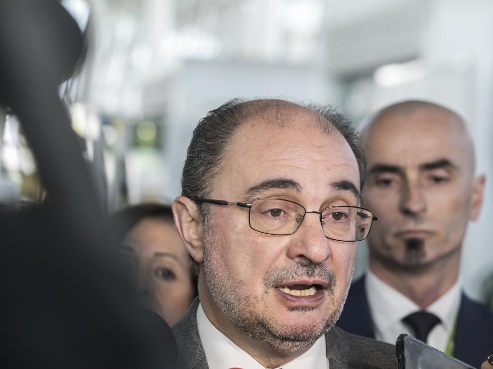 El presidente del Gobierno de Aragón, Javier Lambán, atendiendo a los medios en el Auditorio de Zaragoza.