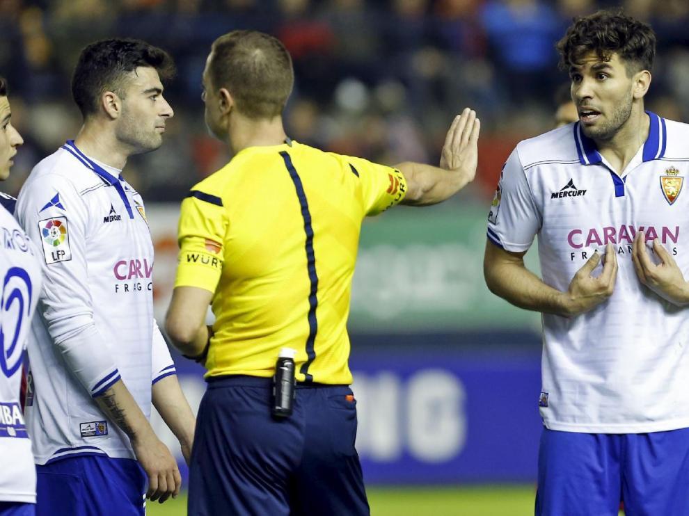 Cabrera, en marzo de 2016, sorprendido al ser expulsado en El Sadar por el árbitro gallego Eiriz Mata.