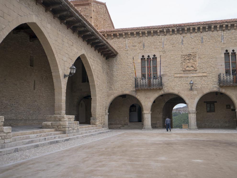 Fachada del Ayuntamiento en la porticada plaza Mayor de Cantavieja.