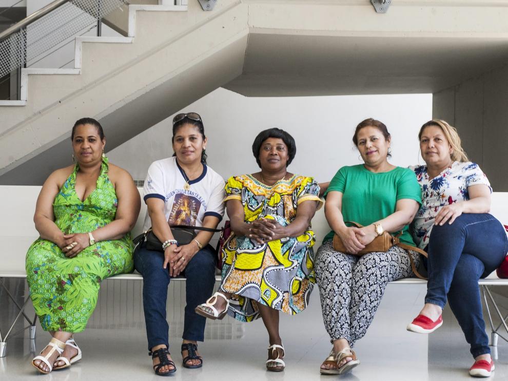 Empleadas del hogar posan en el centro Arsenio Jiménez de UGT.
