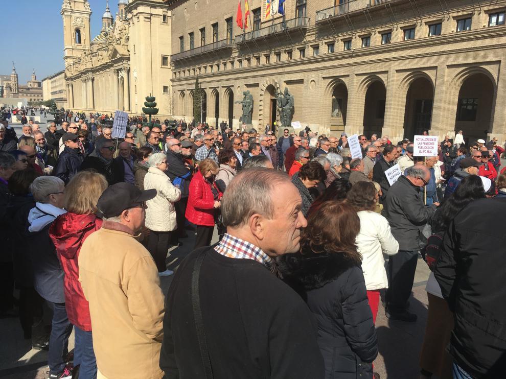 Tres centenares de pensionistas han protestado este lunes en Zaragoza.