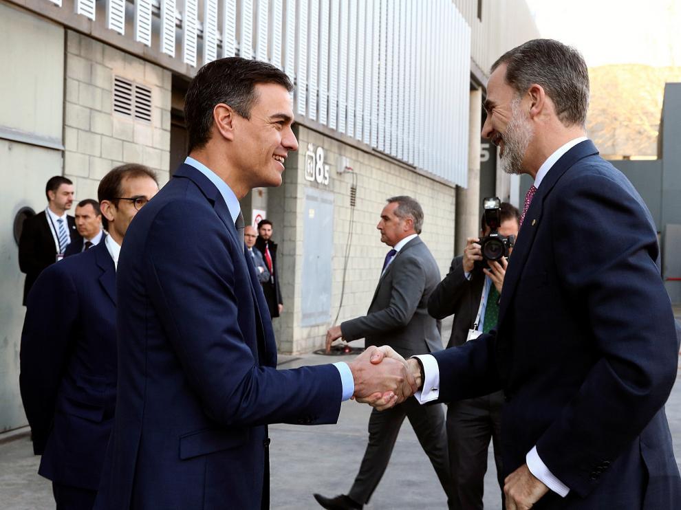 El Rey y Pedro Sánchez se saludan a la entrada del pabellón de España, donde ha tenido lugar la apertura del Congreso Mundial de Móviles que se celebra en Barcelona.