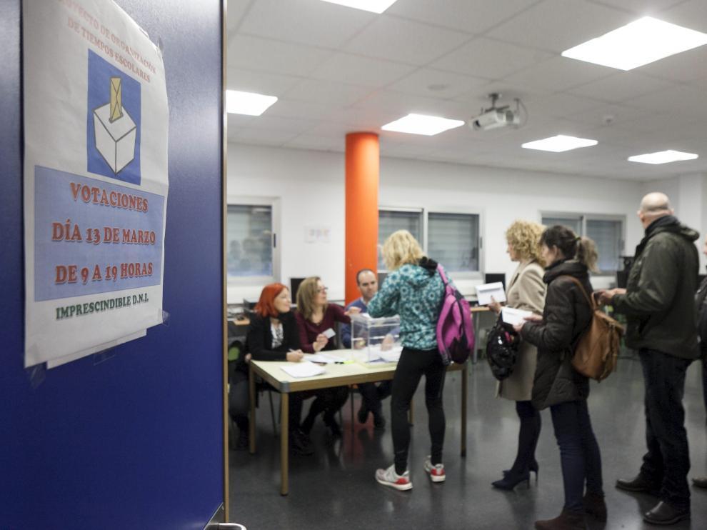 Imagen de archivo de la votación en el colegio Valdespartera hace dos años.