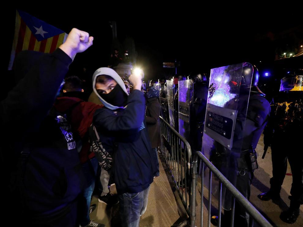 Los mossos, en la manifestación que los CDR han convocado en protesta de la visita del Rey al MWC.