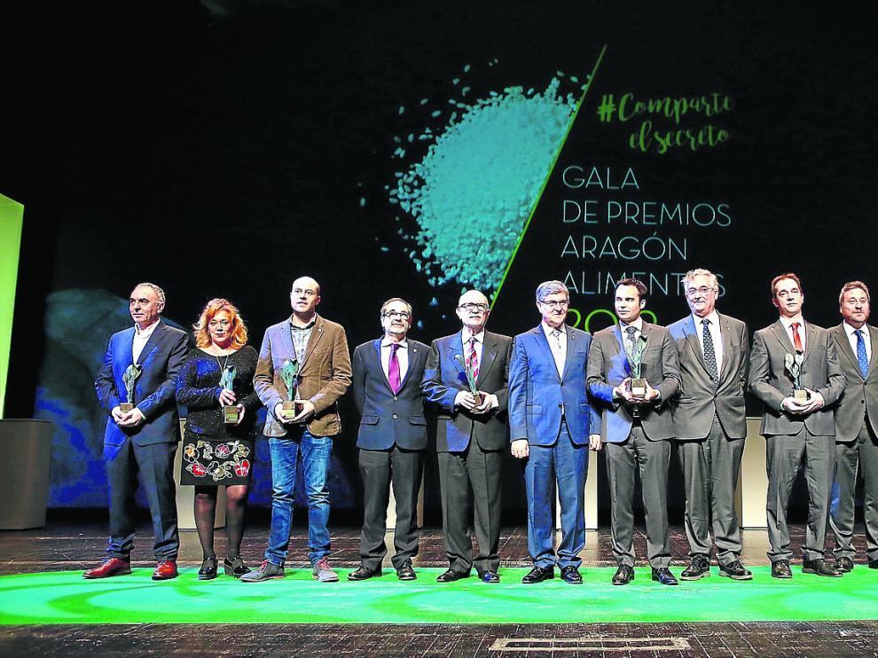 Los premiados en la Gala Alimentos de Aragón, con representantes de la Consejería de Desarrollo Rural y la patronal alimentaria.