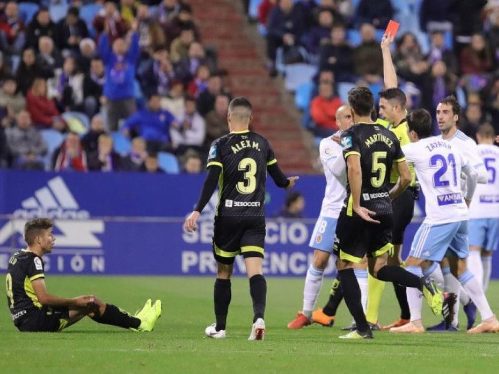 Momento en el que Vicandi Garrido expulsa a Benito, antes del descanso del partido Real Zaragoza-Granada en la primera vuelta en La Romareda.
