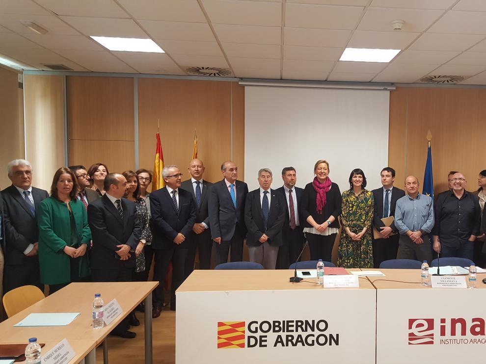 Foto de familia de todos los que han hecho posible el foro de prospección del mercado de trabajo en Aragón