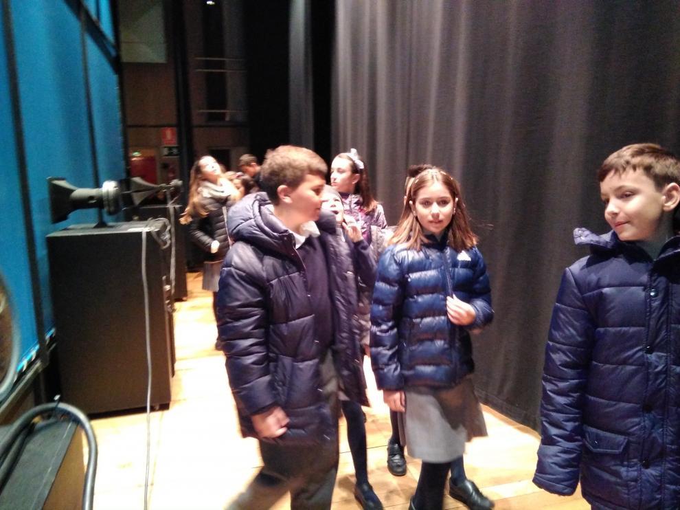 Alumnos de un colegio de la ciudad paseando por la parte trasera del escenario.