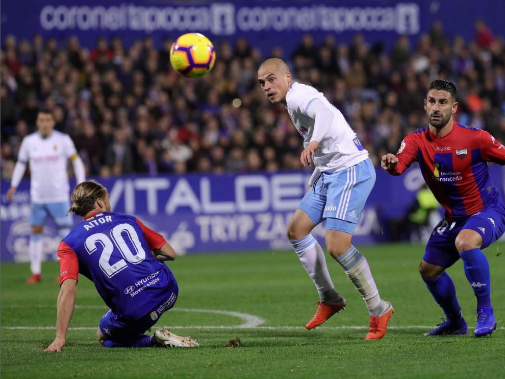 Una jugada de ataque zaragocista en el partido ante el Extremadura en La Romareda, el 22 de diciembre.