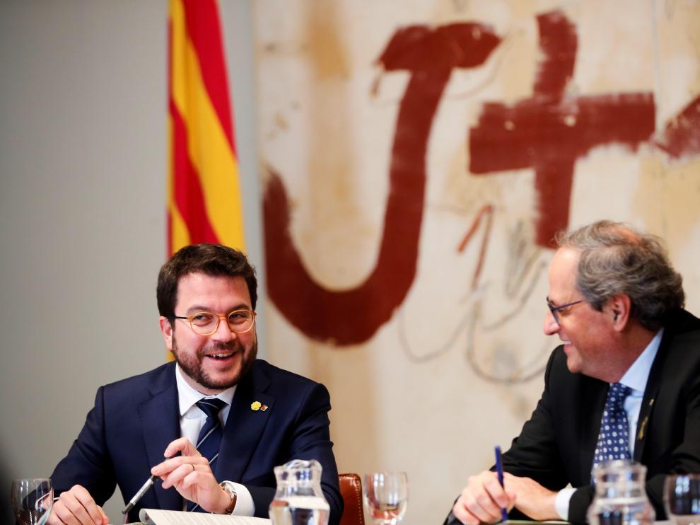 El vicepresidente de la Generalitat y conseller de Economía, Pere Aragonès, junto a Quim Torra.