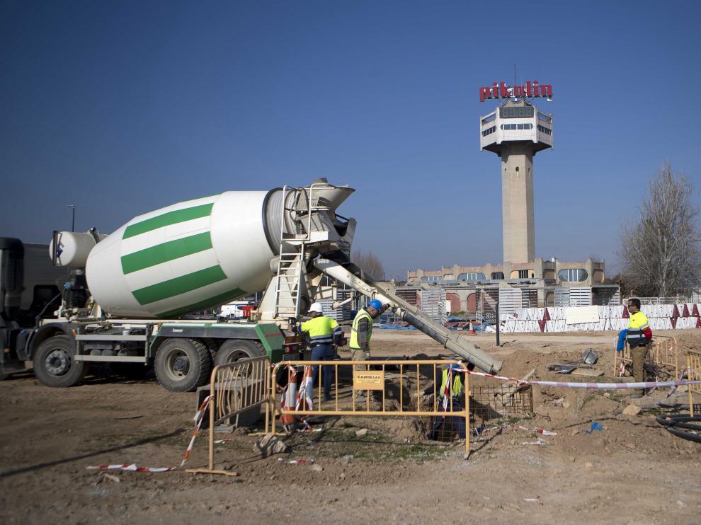 En las antiguas instalaciones de Pikolin de la carretera de Logroño ya se han levantado varias naves del futuro centro comercial.