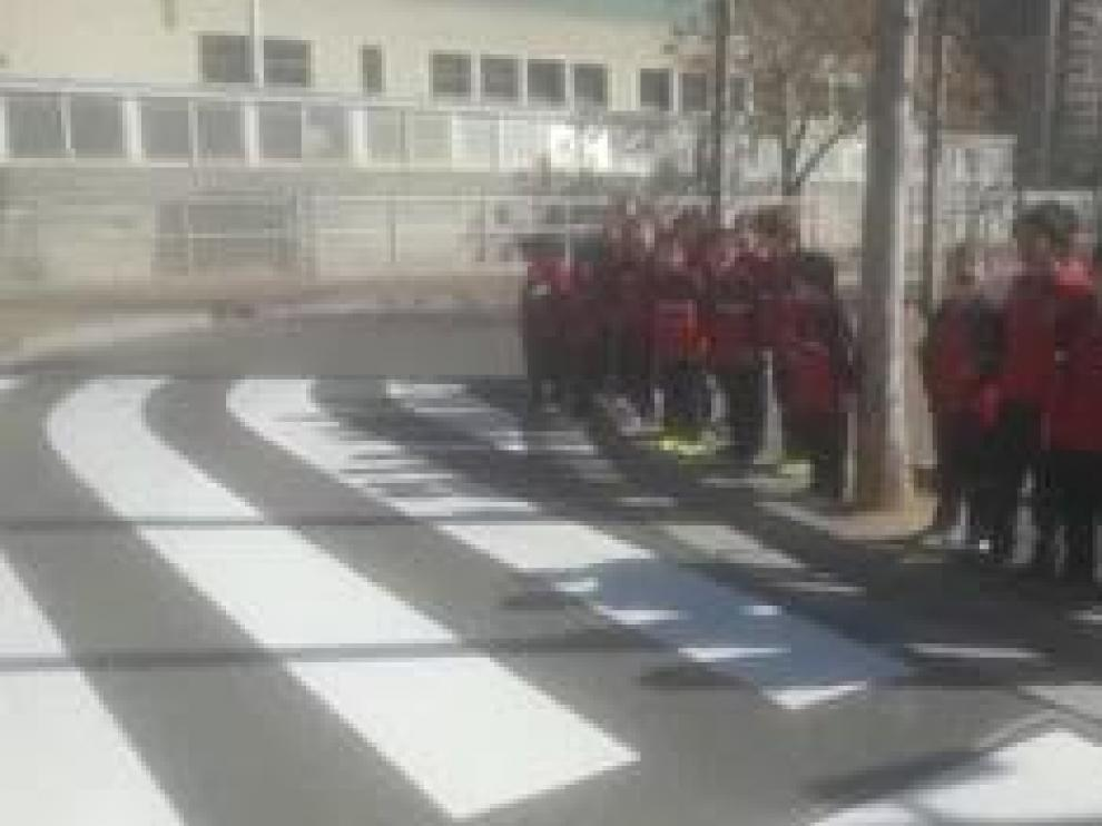 Los niños de 1º de Primaria pidieron hace unas semanas al Ayuntamiento un cruce seguro para acceder al colegio.