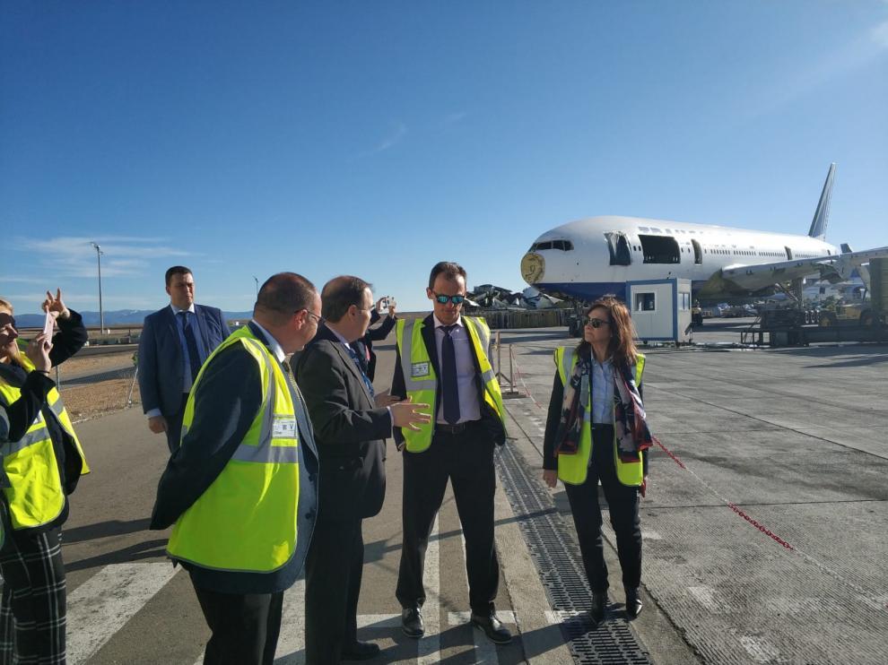 Pedro Duque, en el centro, durante su visita a la planta de mantenimiento de aviones de Tarmac.