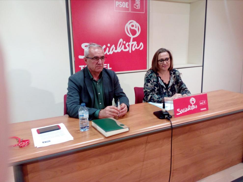 Mayte Pérez y Samuel Morón, durante la rueda de prensa en la sede del PSOE de Teruel.