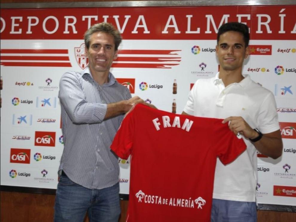 Corona, a la izda., y Fran, a la dcha., el día de la presentación del jugador exzaragocista con el Almería.