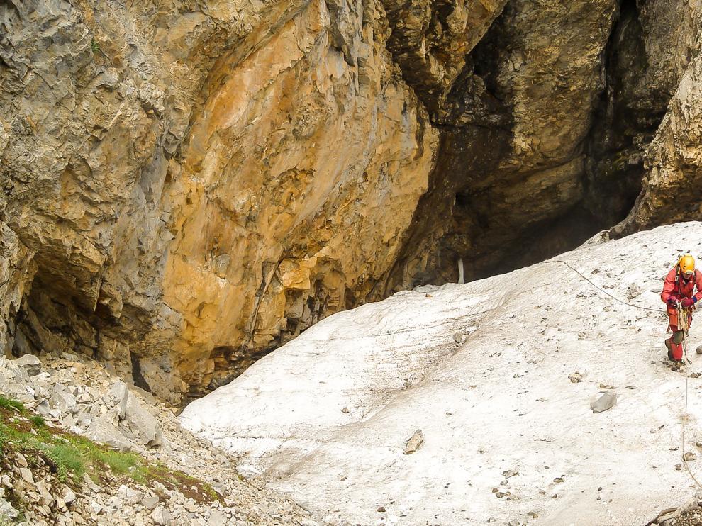 Saliendo de la cueva helada A69, en el macizo de Cotiella