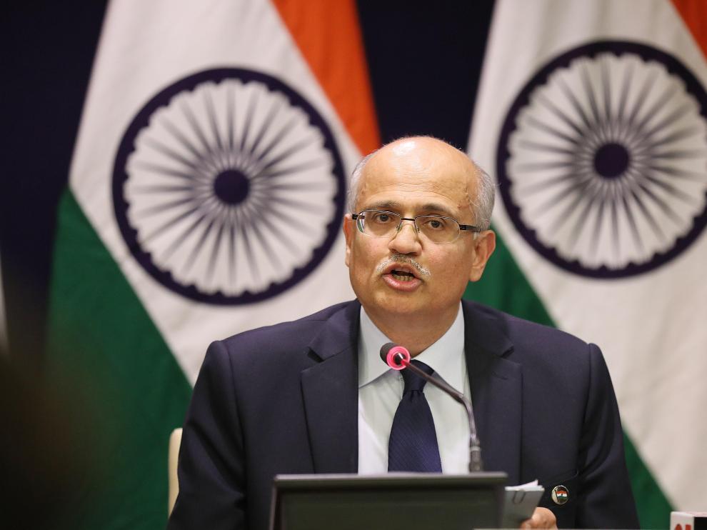 El secretario de Exteriores de la India, VijayKeshav Gokhale, ofrece una rueda de prensa en Nueva Delhi (India) para confirmar, este martes, la incursión de cazas indios para bombardear campamentos insurgentes dentro del territorio paquistaní, tras el atentado que mató a 42 policías en la Cachemira india y que fue reivindicado por el grupo terrorista con base en Pakistán Jaish-e-Mohammed (JeM).