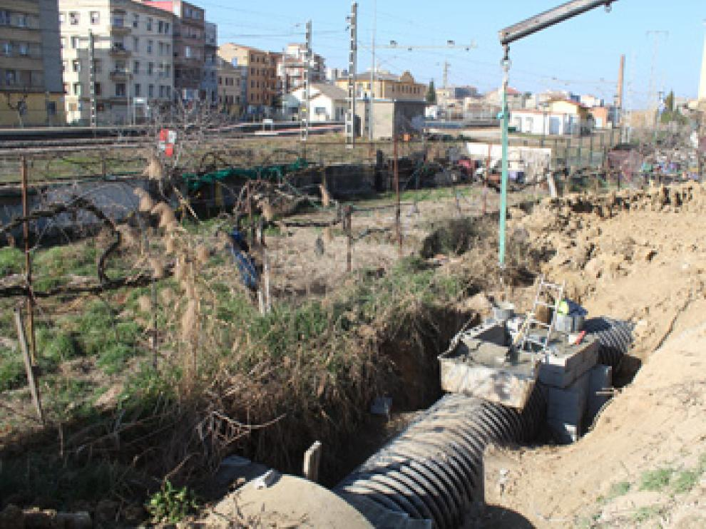 Se está instalando un tubo de polipropileno en parte del tramo urbano de la acequia.