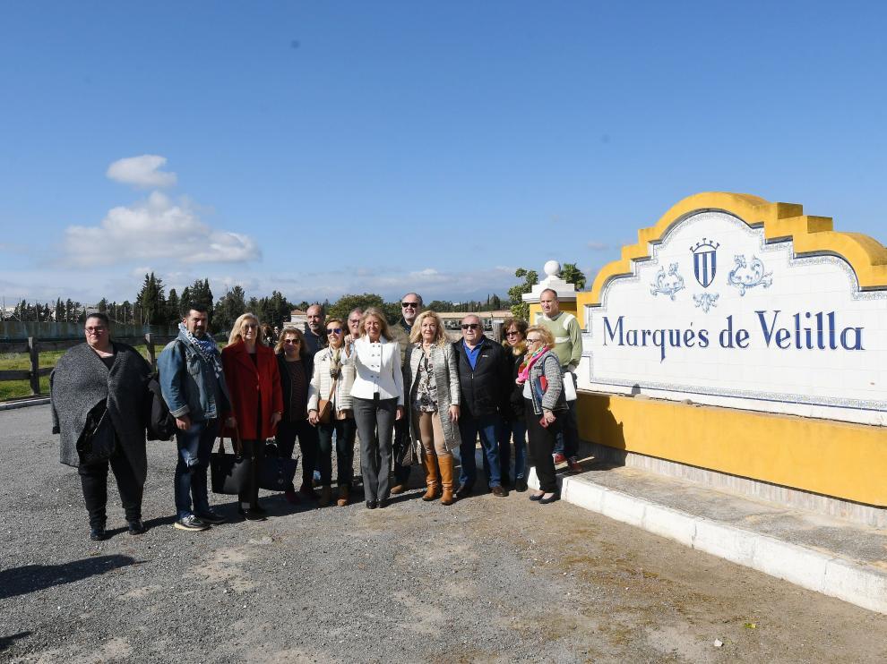 La alcaldesa de Marbella, Ángeles Muñoz, junto a representantes de asociaciones de vecinos, en la finca 'La Caridad'.