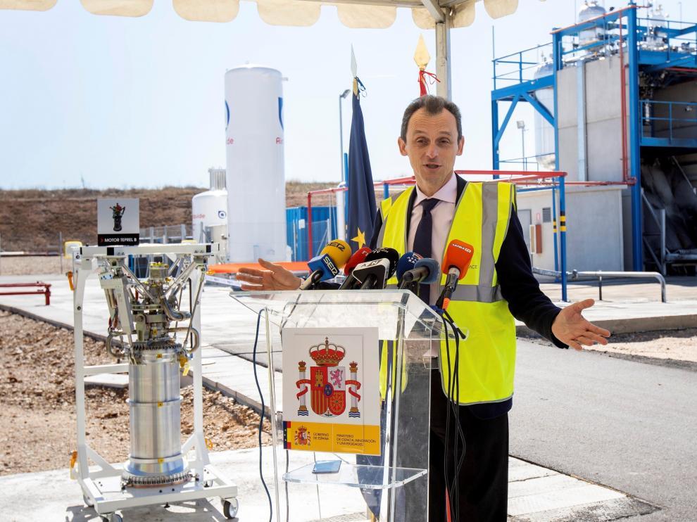 El ministro de Ciencia, Pedro Duque, visita el aeropuerto de Teruel.