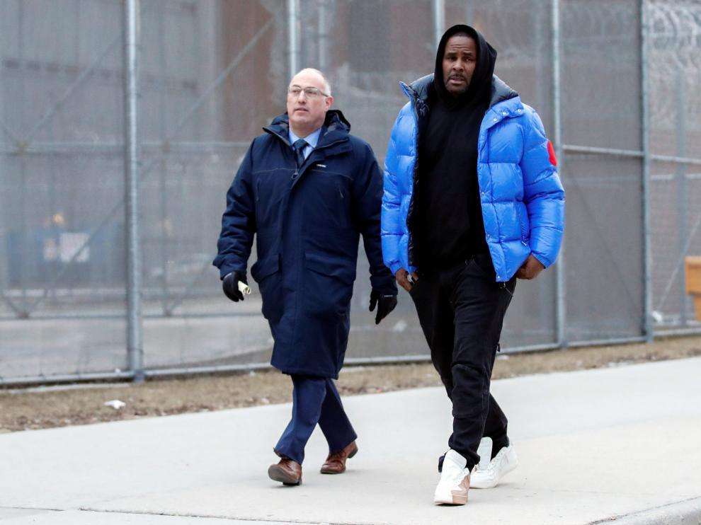 R. Kelly abandona la cárcel de Chicago junto a su abogado