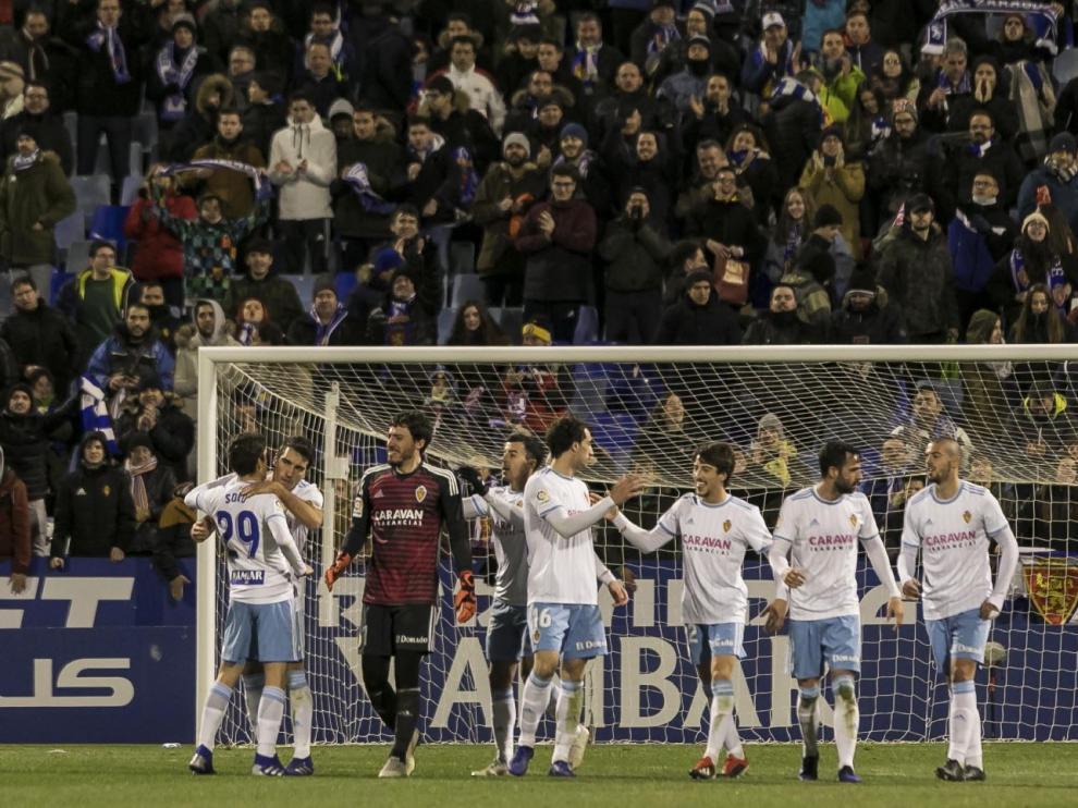 Los jugadores del Real Zaragoza celebrar su último triunfo en La Romareda, el mes pasado ante el Oviedo por 2-0.