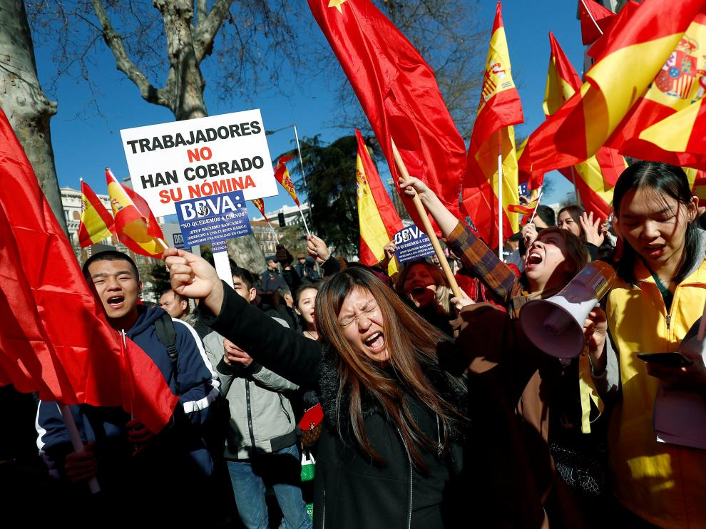 "Chinese customers of Spanish bank BBVA protest outside its headquarters in Madrid, Spain February 15, 2019. The sign reads: ""The workers have not been paid their salary"" REUTERS/Juan Medina [[[REUTERS VOCENTO]]] SPAIN-CHINA/BANKS"