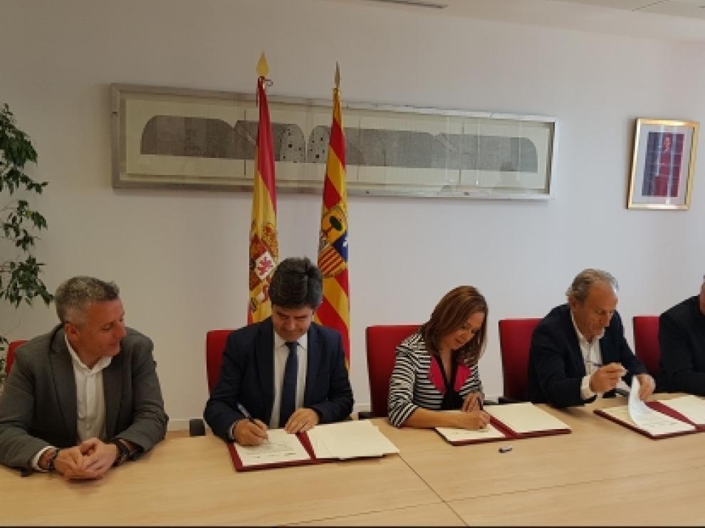Mayte Pérez, Luis Felipe y José Antonio Martín, 'Petón', en la firma del convenio.