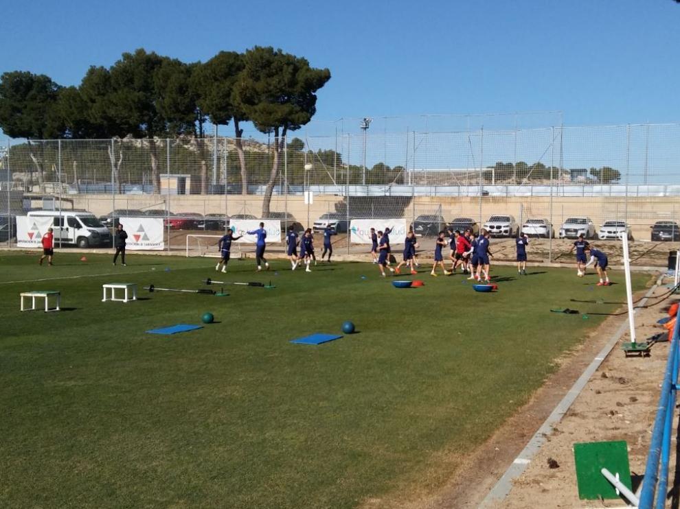 La plantilla del Real Zaragoza, en la mañana de este miércoles al inicio del entrenamiento.