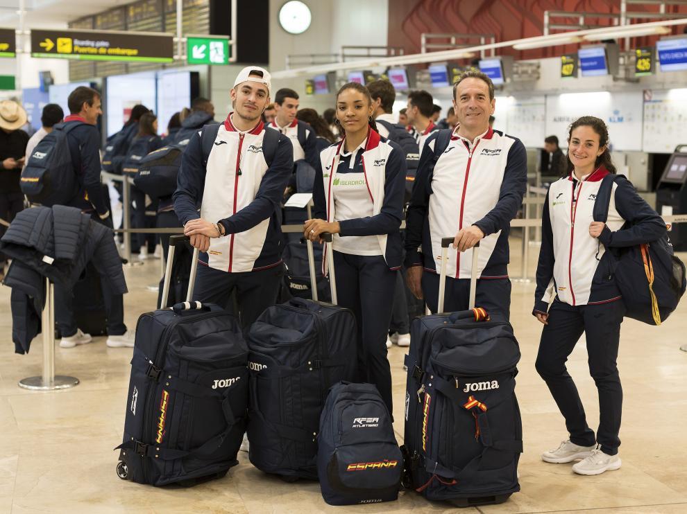 Daniel Ambrós, Salma Paralluelo, el entrenador Félix Laguna y Cristina Espejo.