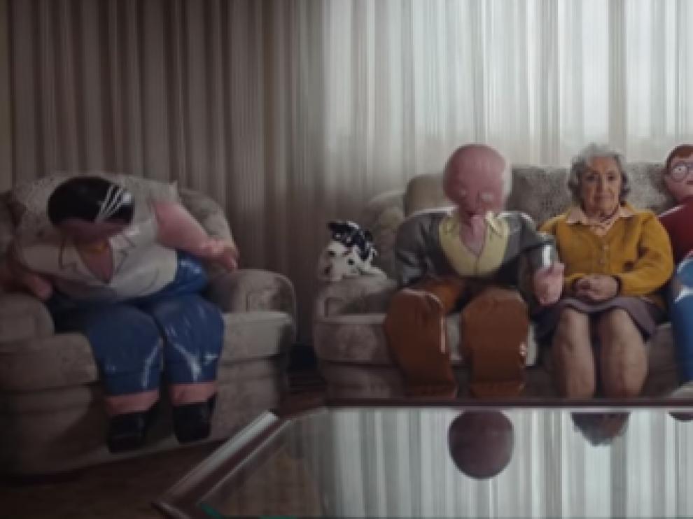 Familias hinchables es el lema de la campaña de la ONG Grandes amigos para luchar contra la soledad que sufren los mayores.