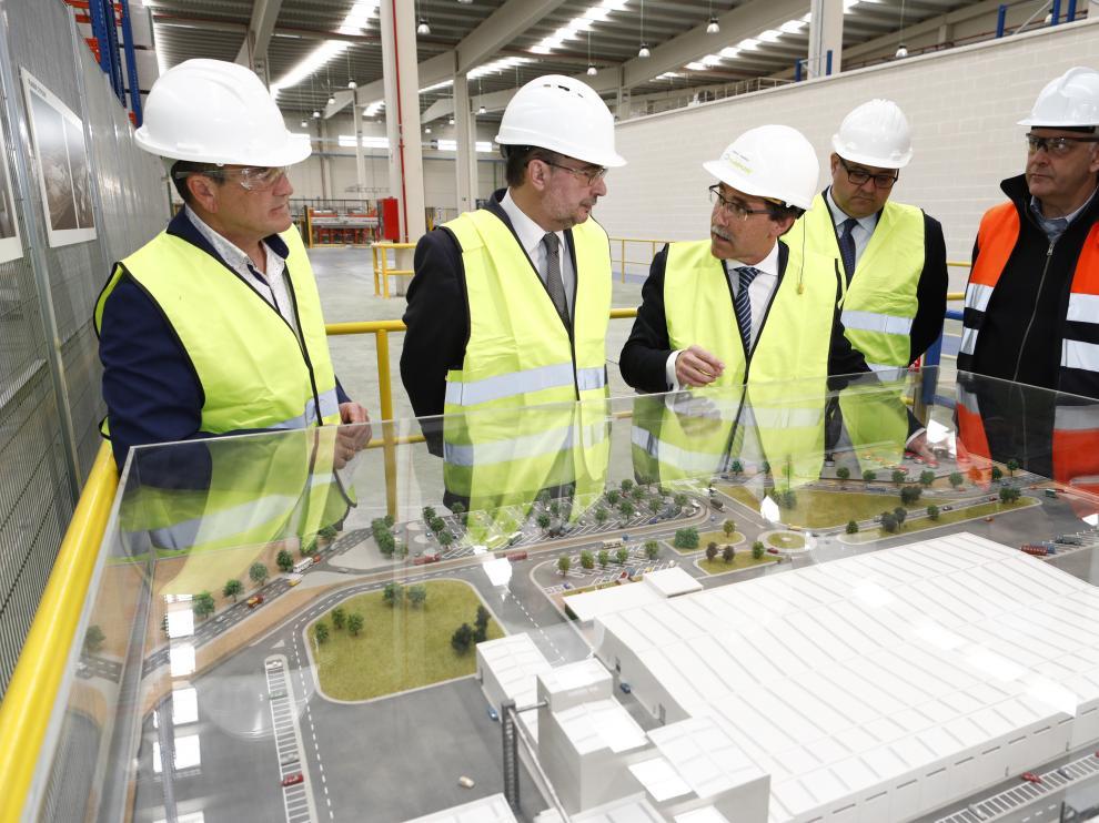 Javier Lambán con los directivos de Pladur Gypsum inagurando las instalaciones en Gelsa de Ebro