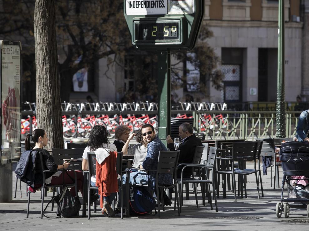 Imagen de las terrazas de Zaragoza ayer a primera hora de la tarde, con máximas de 25 grados