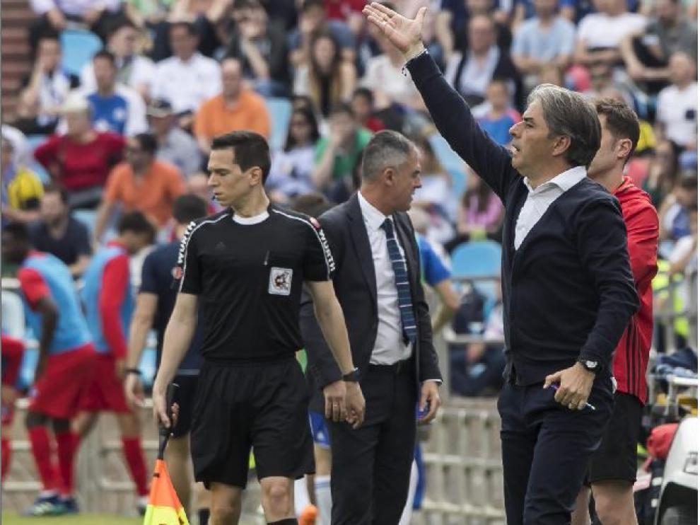 Natxo González y Lucas Alcaraz, en la banda de La Romareda el año pasado, en el Real Zaragoza-Almería de finales de abril.