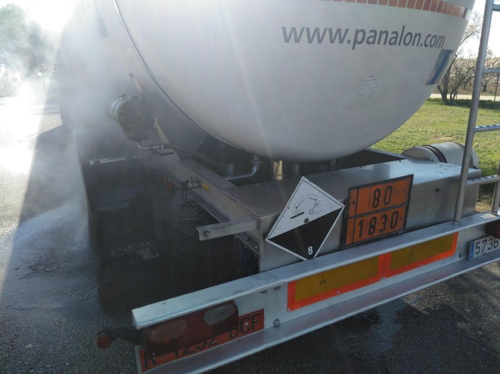 El pequeño incendio ha afectado a un camión que transportaba ácido sulfúrico
