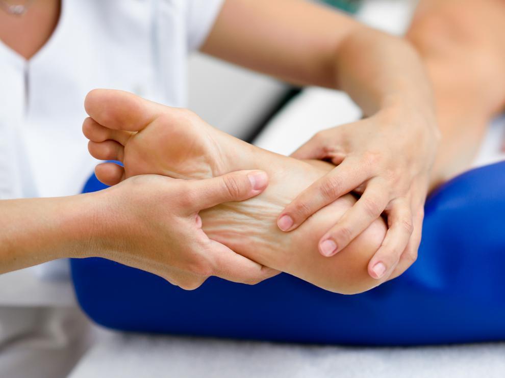 El tratamiento varía pero en general suele ser suficiente con unas plantillas ortopédicas.