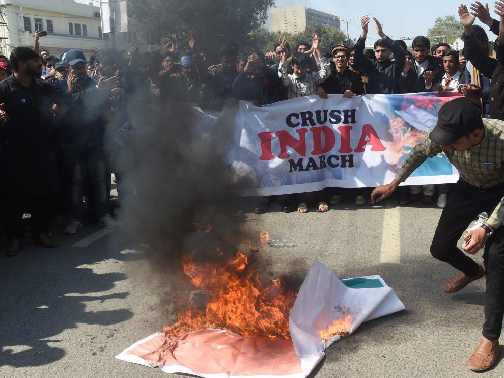 Pakistaníes se manifiestan contra el régimen indio.