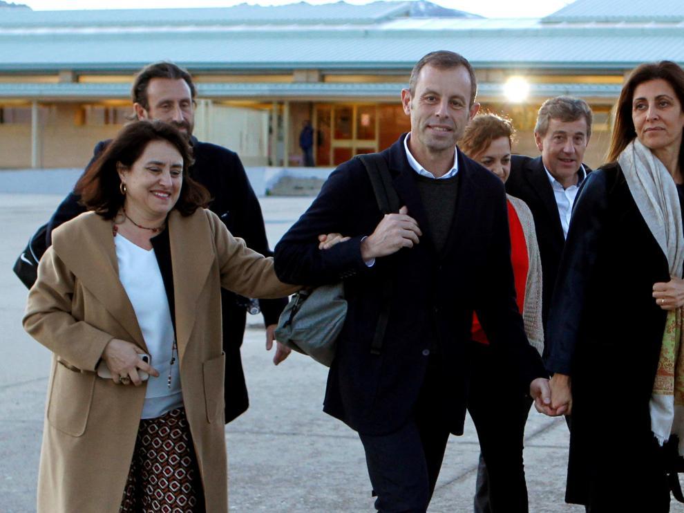 Sandro Rosell, expresidente del FC Barcelona, sale de la cárcel acompañado de su familia.