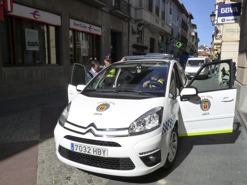 nuevo coche policia local de Jaca / foto Laura Zamborain