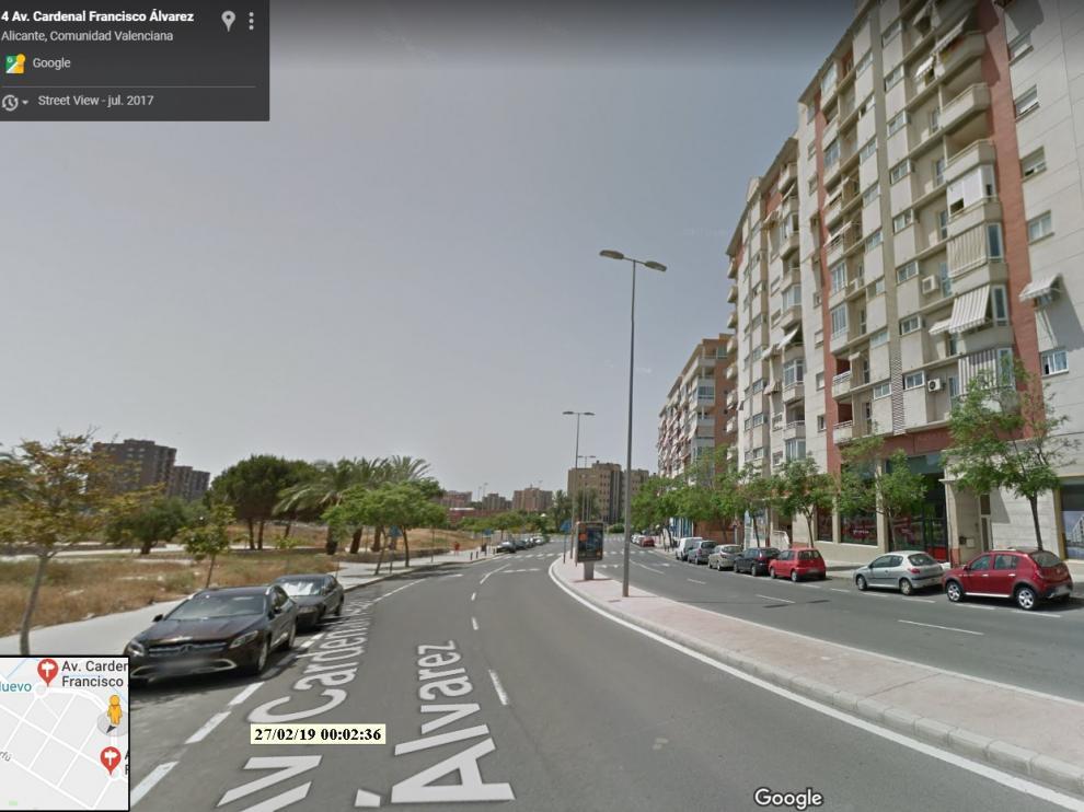 Una imagen de la calle en la que está situada la vivienda donde esta tarde ha fallecido un niño de ocho años al precipitarse desde un quinto piso, en Alicante.