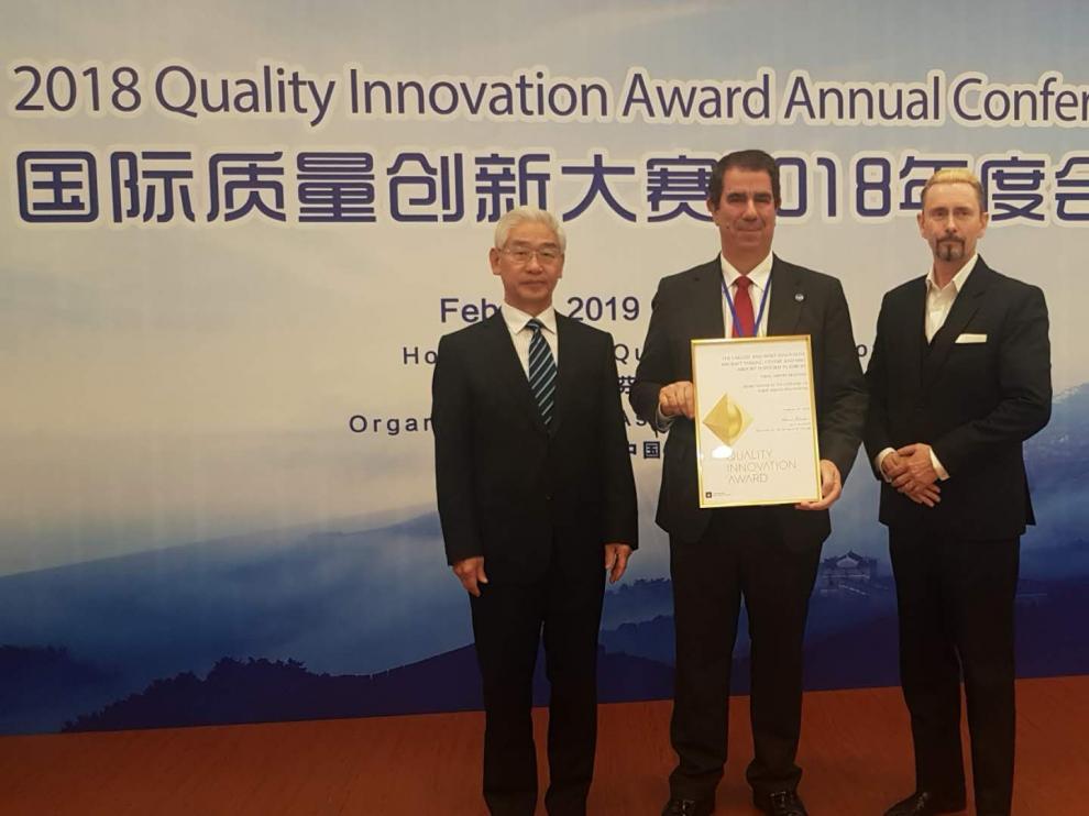 Alejandro Ibrahim, en el centro, al recibir el premio mundial a la innovación en China.