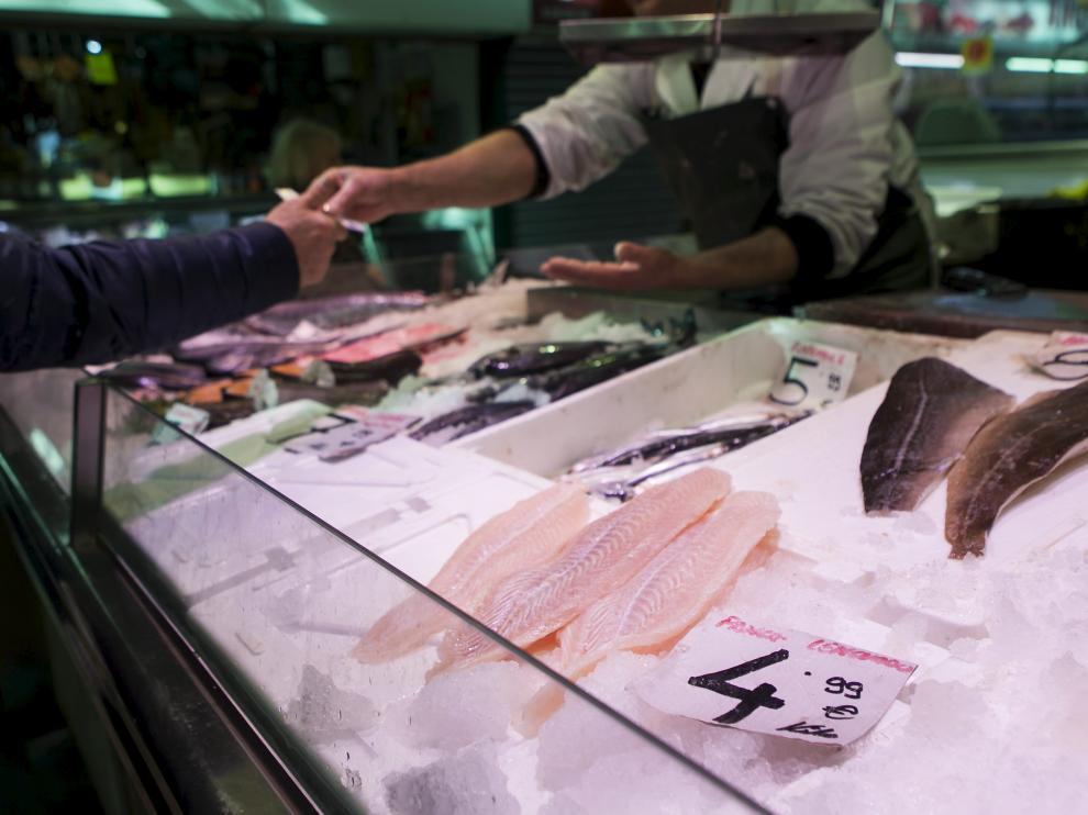 Varios filetes de pescado en un puesto del Mercado Central de Zaragoza.